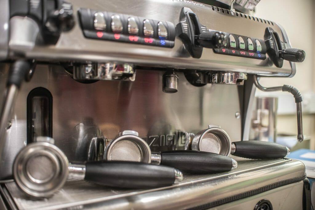 choisir une cafetière avec broyeur